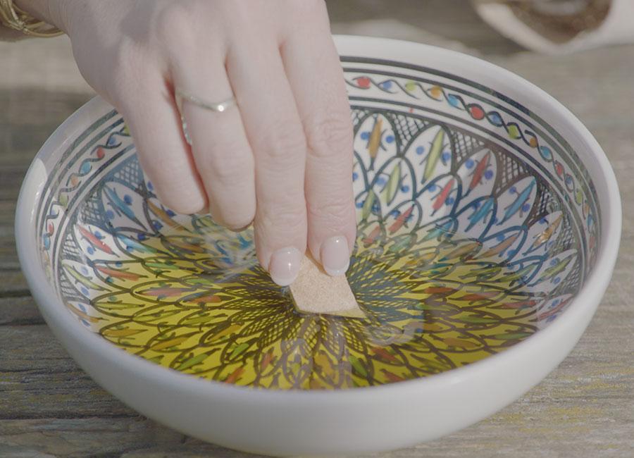 Brot in Olivenöl eintunken