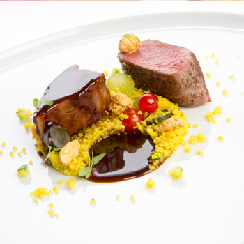 Couscous mit Lamm serviert auf einem weissen Teller