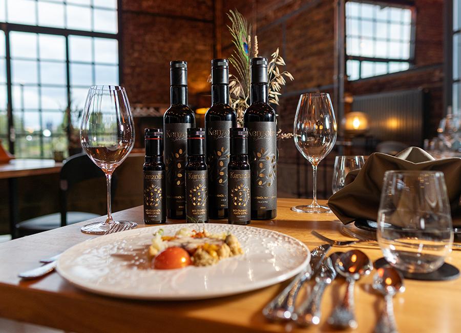 Olivenölflaschen in einem feinen Restaurant, Teller mit feiner Küche